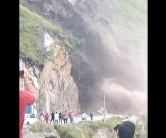 【動画】インドで巨大な地滑り。近くで見ていた人達が必死に逃げる