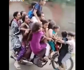【動画】1台のバイクに13人家族全員がを乗せて走る衝撃映像