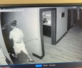 【動画】暗闇の中廊下を歩く男性。部屋の入り口と階段を間違えて…