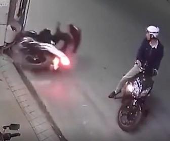 【動画】道で停車したバイクを避けようとしたバイクが電柱に突っ込む