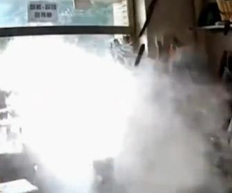 【動画】工事で水道管を破壊、水が噴き出しお婆さんが寝てい店に大量の水が…