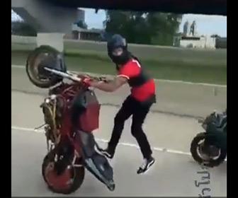【動画】調子に乗りウイリー走行するバイクが後続のバイクを巻き込み転倒する事故映像