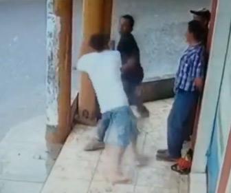 【動画】男性2人の喧嘩。殴りかかった男性が足を滑らせ転倒し…