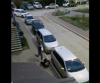 【動画】攻撃が全然当たらない酔っ払い2人のストリートファイト