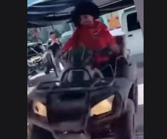 【動画】バギーからアクロバットに降りて男性をハグをする