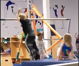 【動画】鉄棒の練習をしている少年。ジャンプして鉄棒に飛びつくが…