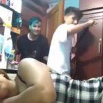 【動画】父親と息子が寝ている母親の尻を叩いて逃げようとするが…