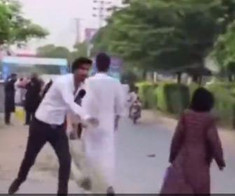 【動画】男がレポーターに扮して通行人に水風船を投げつけるイタズラ動画