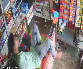 【動画】店員が店のカウンターに横になろうとした瞬間、巨大なヘビが現れる衝撃映像