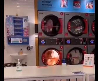 【動画】コインランドリーで使用中の洗濯機から火が出てしまう