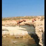 【動画】男性が崖からバックフリップしながら海に飛び込むが…