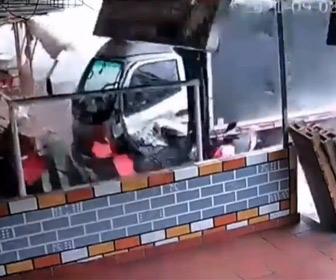 【動画】ブレーキが効かなくなったトラックが数台の車を巻き込み突っ込んでくる
