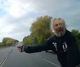 【動画】走行中の車に近づきフロントガラスを殴りまくる男がヤバい