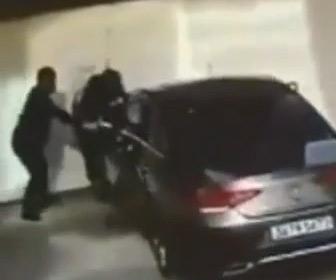 【動画】駐車場で女性ドライバーが運転する車が猛スピードで男性に突っ込み壁に挟んでしまう