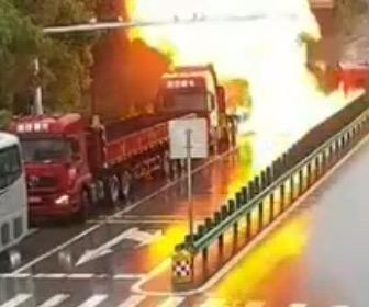 【動画】タンクローリーが横転しトラックに激突。燃料が漏れ出し炎上してしまう