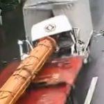 【動画】前方不注意のトラックが パイプラインを運ぶトレーラーに突っ込んでしまう