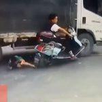 【動画】2人乗りバイクが車道の穴でコントロールを失いトラックに…