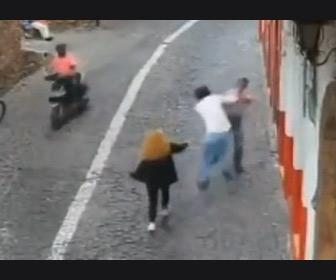 【動画】女性のバッグをひったくり走って逃げる男が女性の彼氏に捕まりボコボコにされる