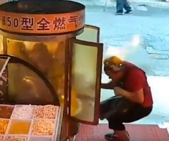 【動画】チキンを焼いているグリルマシンを店主がチェックするが突然グリルから火が…