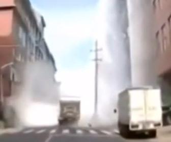 【動画】建物の屋根が崩壊して貯水タンクが落下、水が噴き出す衝撃映像