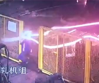 【動画】製鉄所で溶けた金属棒が機械から巻き出され作業員が必死に逃げる衝撃映像