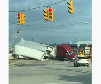 【動画】踏切で動けなくなった大型トラックに列車が突っ込んでしまう事故映像