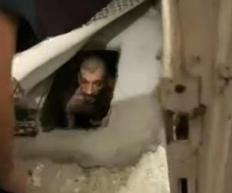 【動画】警察に追われている男がソファーの下に空けた穴から発見される
