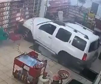 【動画】車の整備工場で女性が運転する車が椅子に座っている作業員に突っ込む
