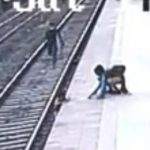 【動画】少年がホームから線路に落下。母親が助けようとするが電車が迫ってくる