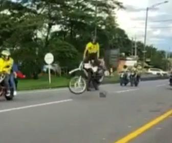 【動画】車道に落ちている大きな石にウイリー走行するバイクが乗り上げてしまい…
