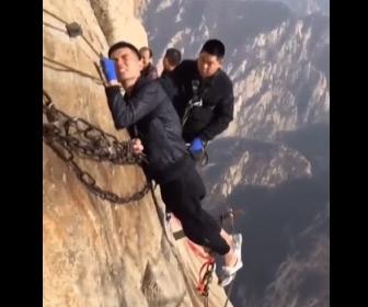 【動画】中国、華山の世界一危険な登山道。恐怖で足が震え動けなくなる男性