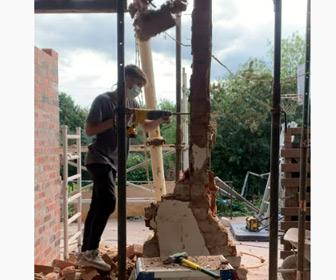 【動画】解体作業をする男性に大量のレンガが落下してくる衝撃映像