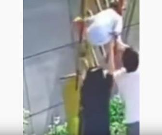 【動画】踏切で遮断器に首が引っかかり体が宙に浮いてしまった少年を母親が必死に助けようとするが…