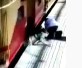 【動画】駅のホームで走っている電車に飛び乗ろうとした女性が…