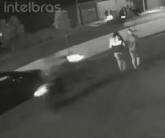 【動画】ウイリー走行するバイクが若い女性2人をはね飛ばしてしまう衝撃事故映像