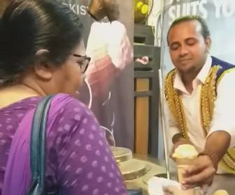 【動画】トルコアイスを渡さない店員に怒った女性客が…