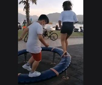 【動画】回転する遊具で遊ぶ少女。バランス感覚が凄すぎる