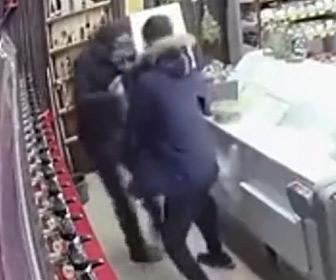 【動画】ハンマーを持った強盗が店に現れるが、店員と客で強盗をボコボコにする衝撃映像