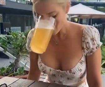 【動画】美女がグラスに入ったビールを手を使わずに飲み干す