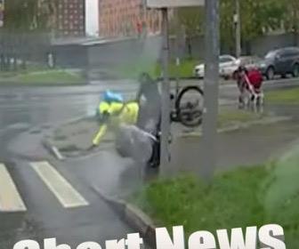 【動画】母親が押すベビーカーに自転車に乗った配達員が突っ込んでくる