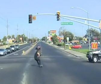 【動画】スケートボーダーが赤信号の交差点に猛スピードで突っ込み…