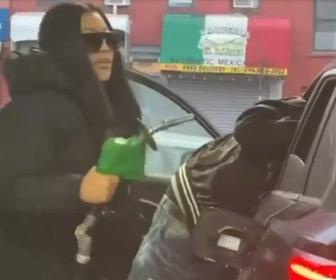 【動画】給油口にノズルがなかなか入らない女性が衝撃の行動