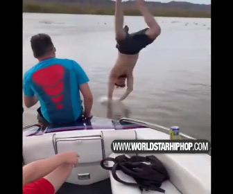 【動画】男性が服を脱いでボートから川に飛び込むが…