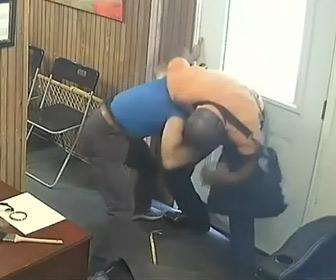 【動画】銃とバールを持った強盗がおじいさんに襲いかかる衝撃映像