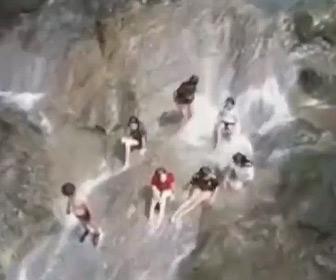 【動画】緩やかな流れの滝が突然激流になり遊んでいた人達が流されてしまう