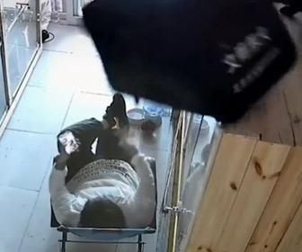 【動画】椅子に座っている男性の上にバッグを落とすネコ