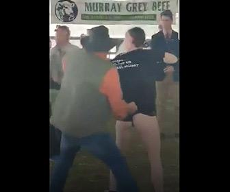 【動画】家畜市場で動物愛護団体の女性が抗議するが農夫が怒り女性をつまみ出す