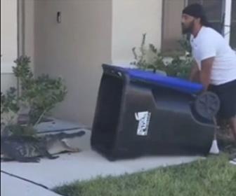 【動画】ワニ VS ゴミ箱を持った男性