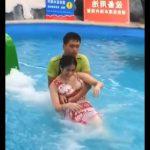 【動画】中国のウォータースライダー。滑りおりてくる女性を抱きかかえる男性スタッフ