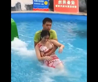 【動画】中国のウォータースライダー。滑り下りてくる女性を抱きかかえる男性スタッフ